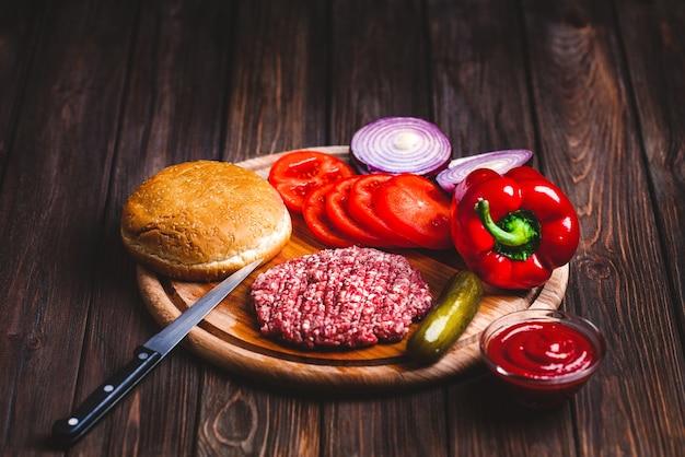 Сырье из говяжьего фарша котлеты из стейка бургер с приправой, сыр Premium Фотографии