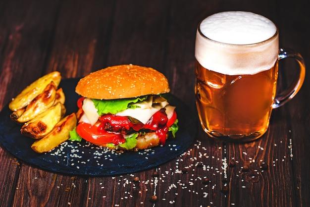 Аппетитный домашний аппетитный бургер с салатом и пивом Premium Фотографии