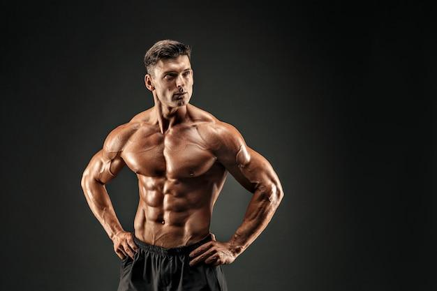 Культурист показывает свои мышцы Premium Фотографии