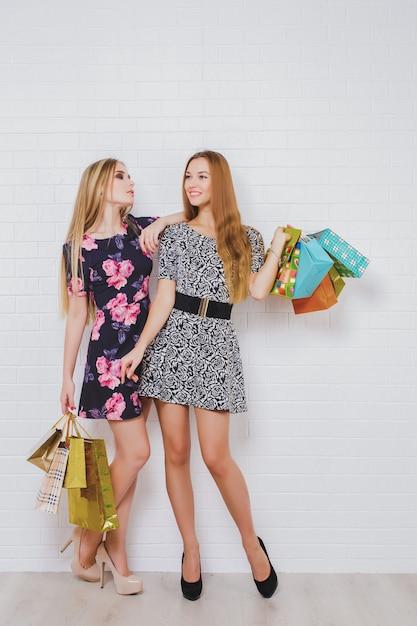 買い物袋を運ぶ美しい十代の女の子 Premium写真