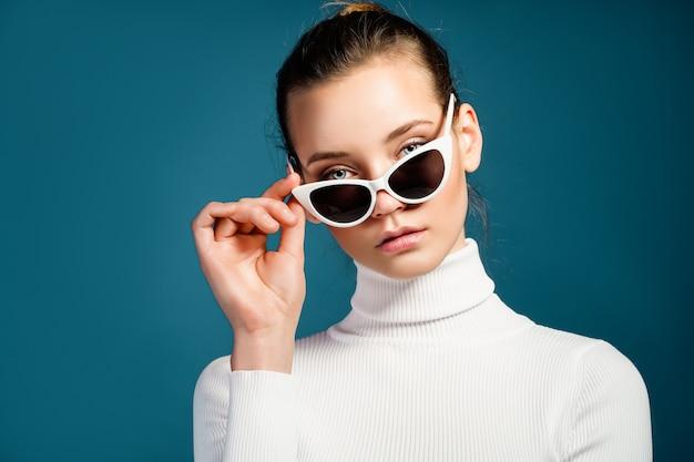 Портрет красивой молодой женщины с очками Premium Фотографии