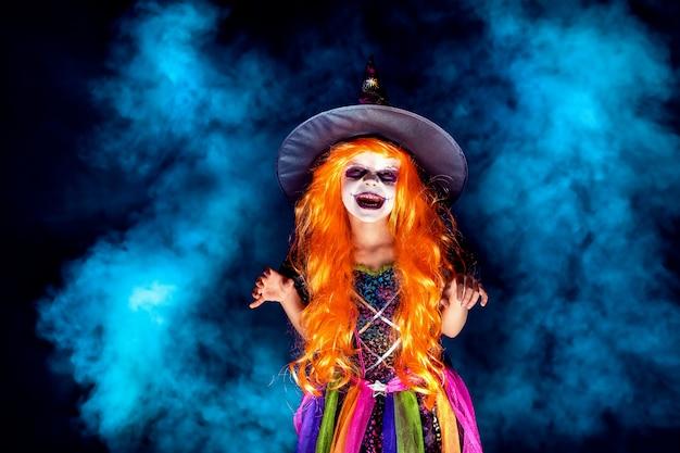魔女の衣装で美しい少女 Premium写真