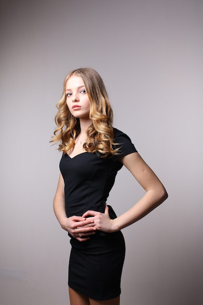 エレガントなドレスでポーズ美しい女性モデル Premium写真