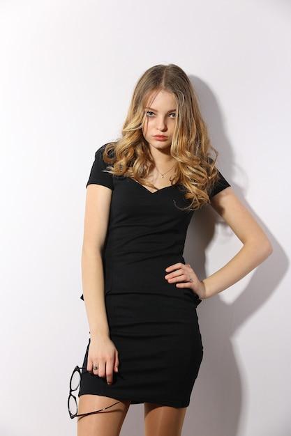 美しい女性がエレガントなドレスでポーズ Premium写真