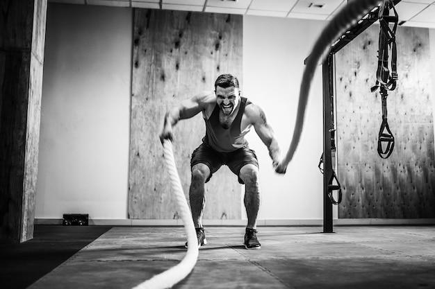 機能訓練でロープを持つ男 Premium写真