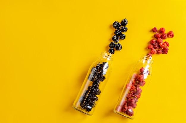 ガラス瓶の中のブラックベリーとラズベリーの果物 Premium写真