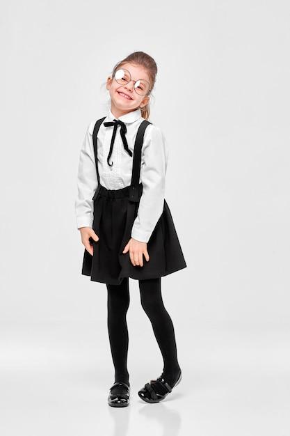 制服を着た素敵な魅力的な素敵な学校の女の子 Premium写真