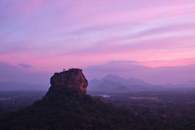 シギリヤの素晴らしい景色とライオンロックに沈む夕日 Premium写真
