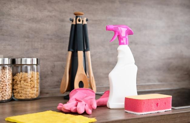 キッチンの洗剤とクリーニングアクセサリー。クリーニングと洗濯キッチン。清掃サービス Premium写真