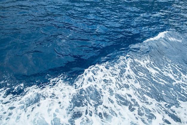 波状の海の海の波高角度のビュー Premium写真