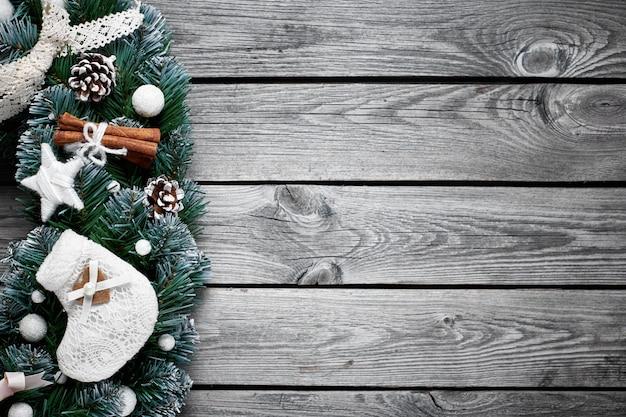 雪のモミの木とクリスマス木製の背景 Premium写真