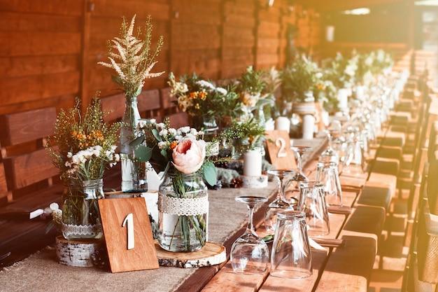 白い花と結婚披露宴のキャンドルでテーブルの装飾。 Premium写真