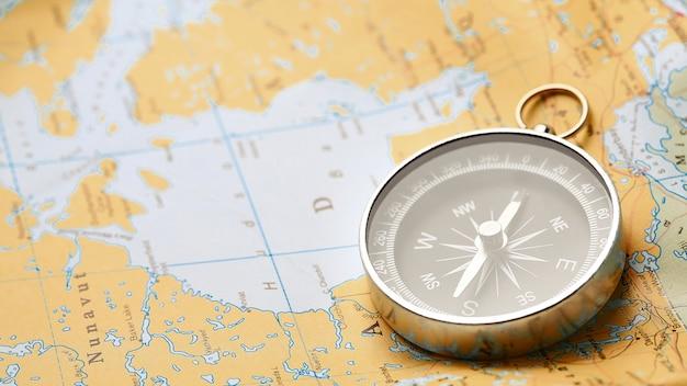 Компас на туристической карте Premium Фотографии