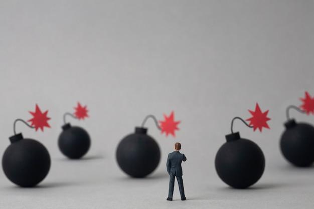 複数の爆弾とミニチュアの実業家 Premium写真