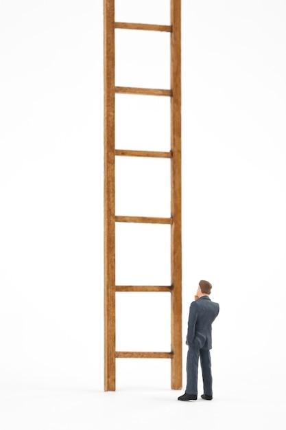 男と白い背景のはしご Premium写真