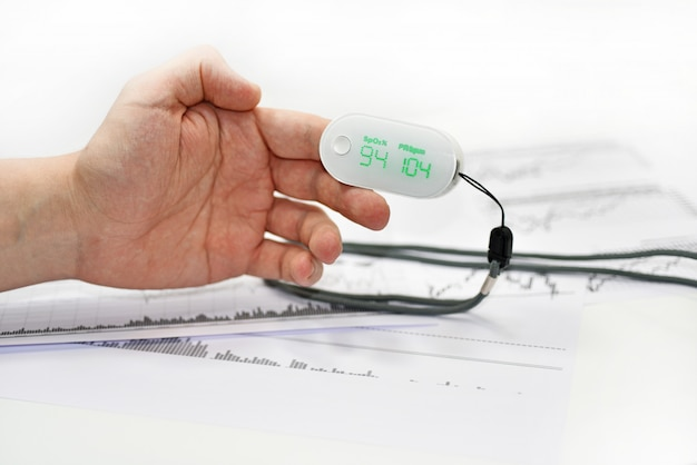 Кислородомер на мужской палец. Premium Фотографии