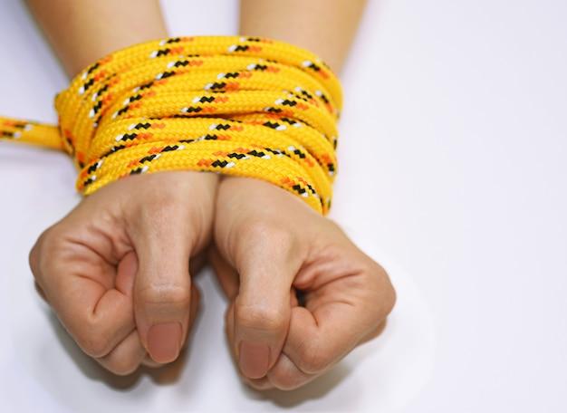 Женщина руки связаны веревкой. Premium Фотографии