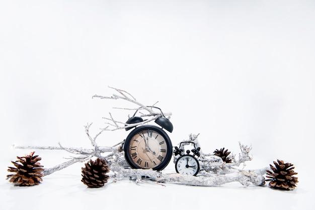 目覚まし時計で冬のお祝い Premium写真