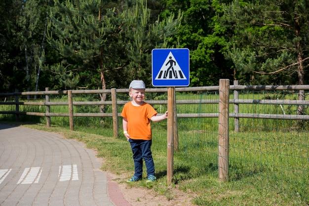 Маленький мальчик на дороге. Premium Фотографии
