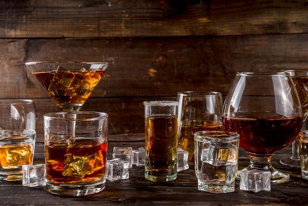 強くて強いアルコール飲料の選択 Premium写真