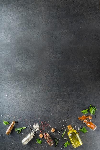 ハーブ、オリーブオイル、スパイスと料理の背景 Premium写真