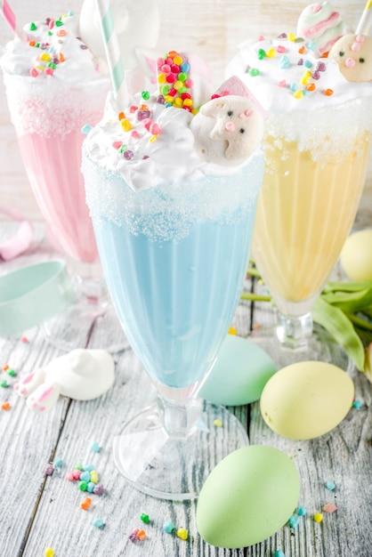 Веселые пасхальные молочные коктейли Premium Фотографии