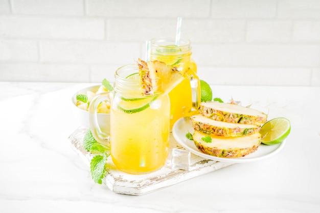 Коктейль мохито с холодным ананасом Premium Фотографии