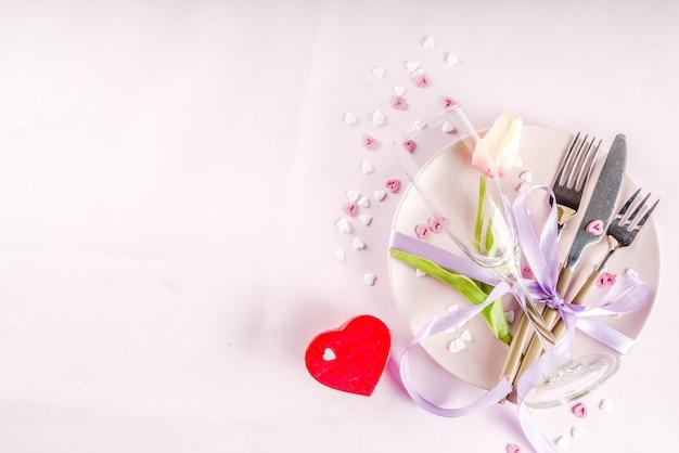 バレンタインデーのテーブルセッティング Premium写真