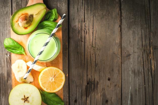 アボカドと緑のスムージー Premium写真
