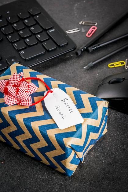 Концепция празднования рождества, идея обмена подарками секрет санта. Premium Фотографии
