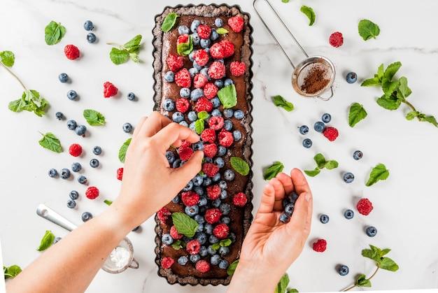 Шоколадный торт с шоколадным кремом и свежими летними ягодами Premium Фотографии