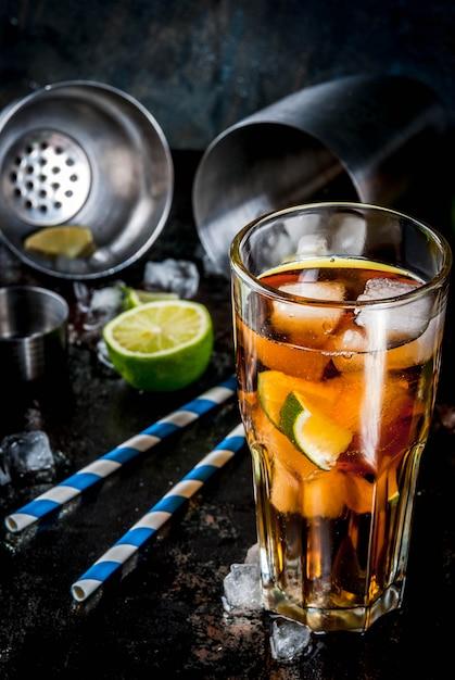 キューバリブレ、ロングアイランドまたはアイスティーカクテル、強いアルコール、コーラ、ライム、アイス Premium写真