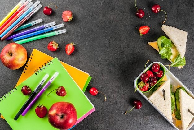Обратно в школу. сытный здоровый школьный обед в коробке Premium Фотографии