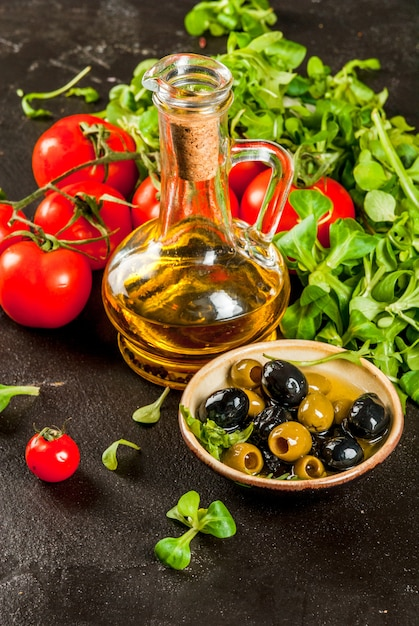 オリーブオイル、レタスの葉、トマト。 Premium写真