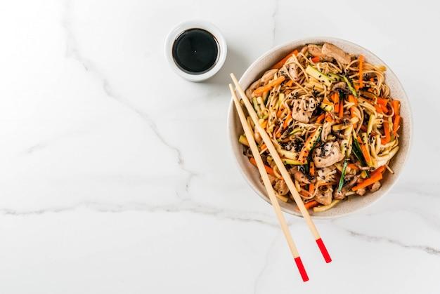 醤油と箸とライスヌードルボウル Premium写真