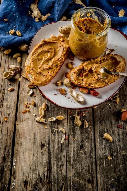Арахисовое масло с бутербродами Premium Фотографии