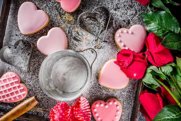 Валентина день печенье на подносе, полный пола и роз Premium Фотографии