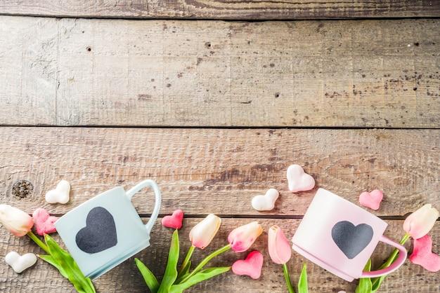 Две милые чайные чашки с сердцем на доске Premium Фотографии