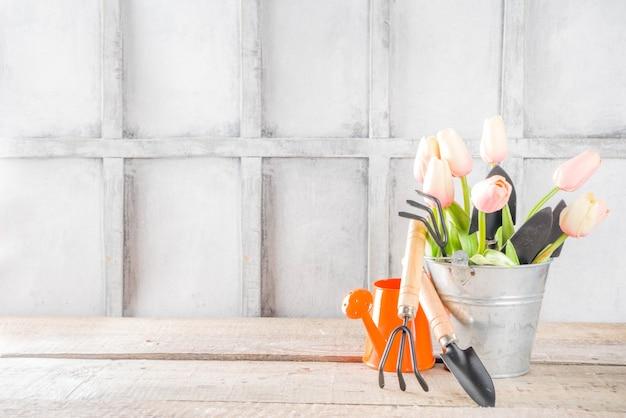 Садовые инструменты и цветы Premium Фотографии