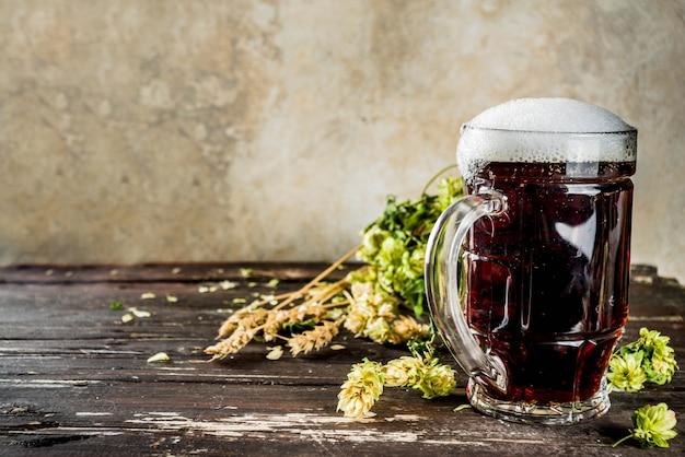 Кружка эля темного пива Premium Фотографии
