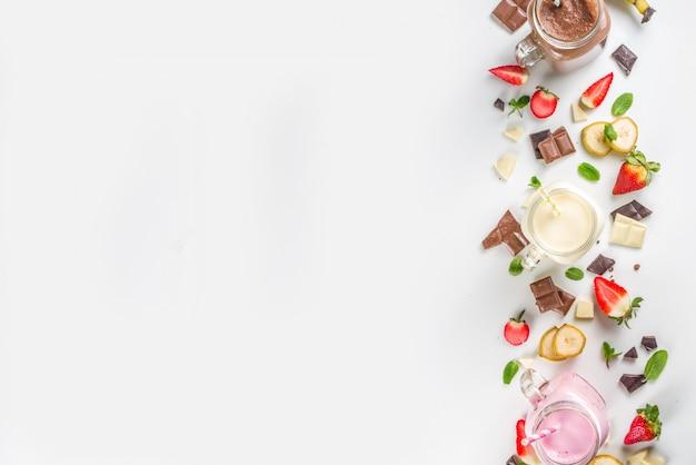 Набор красочных молочных коктейлей или смузи Premium Фотографии