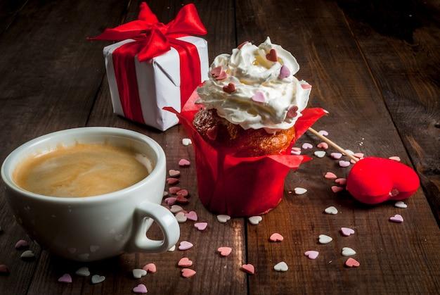 День святого валентина. кофе, пирожные со сливками и сахарной посыпкой Premium Фотографии