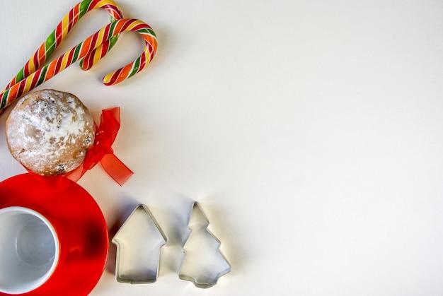 伝統的なお菓子とホットチョコレートカップのクリスマス背景フラット横たわっていたトップビュー Premium写真