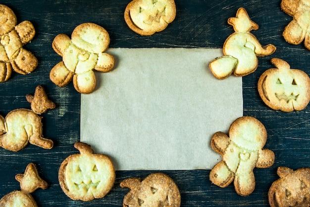 ハロウィーンと感謝祭のためのクッキー。子供のためのおかしい食べ物、パーティーのためのおやつ。 Premium写真