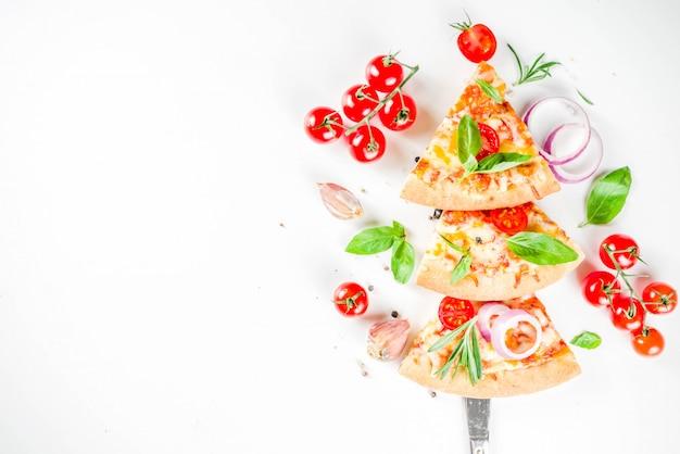 Кусочки сыра для пиццы маргарита Premium Фотографии