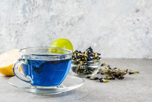 青い蝶エンドウの花茶 Premium写真