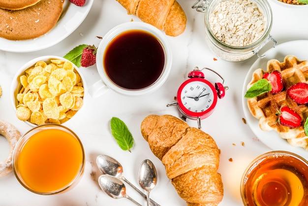 Разнообразная утренняя еда на завтрак Premium Фотографии