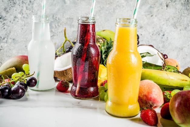 Разные фруктовые соки и смузи Premium Фотографии