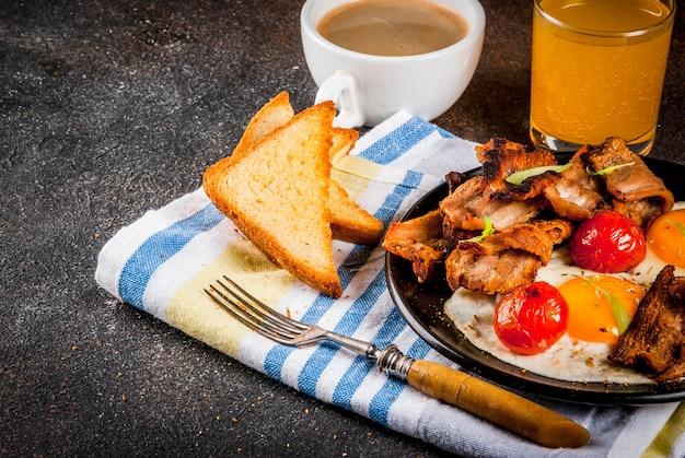 伝統的な自家製イングリッシュアメリカンの朝食、目玉焼き、トースト、ベーコン Premium写真