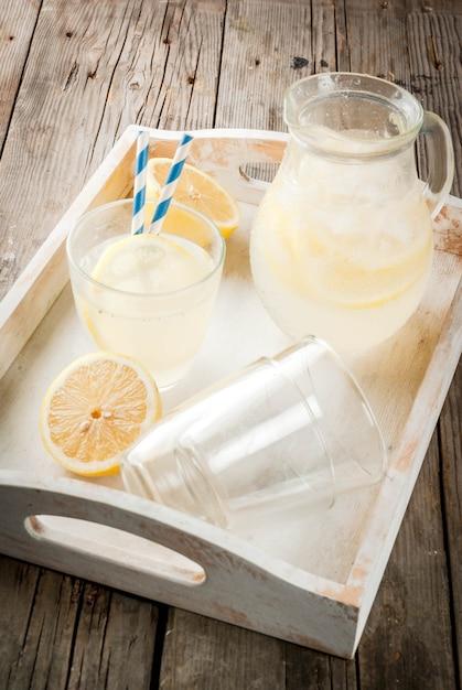 Классический кисло-сладкий домашний лимонадный напиток, летний холодный холодный напиток Premium Фотографии